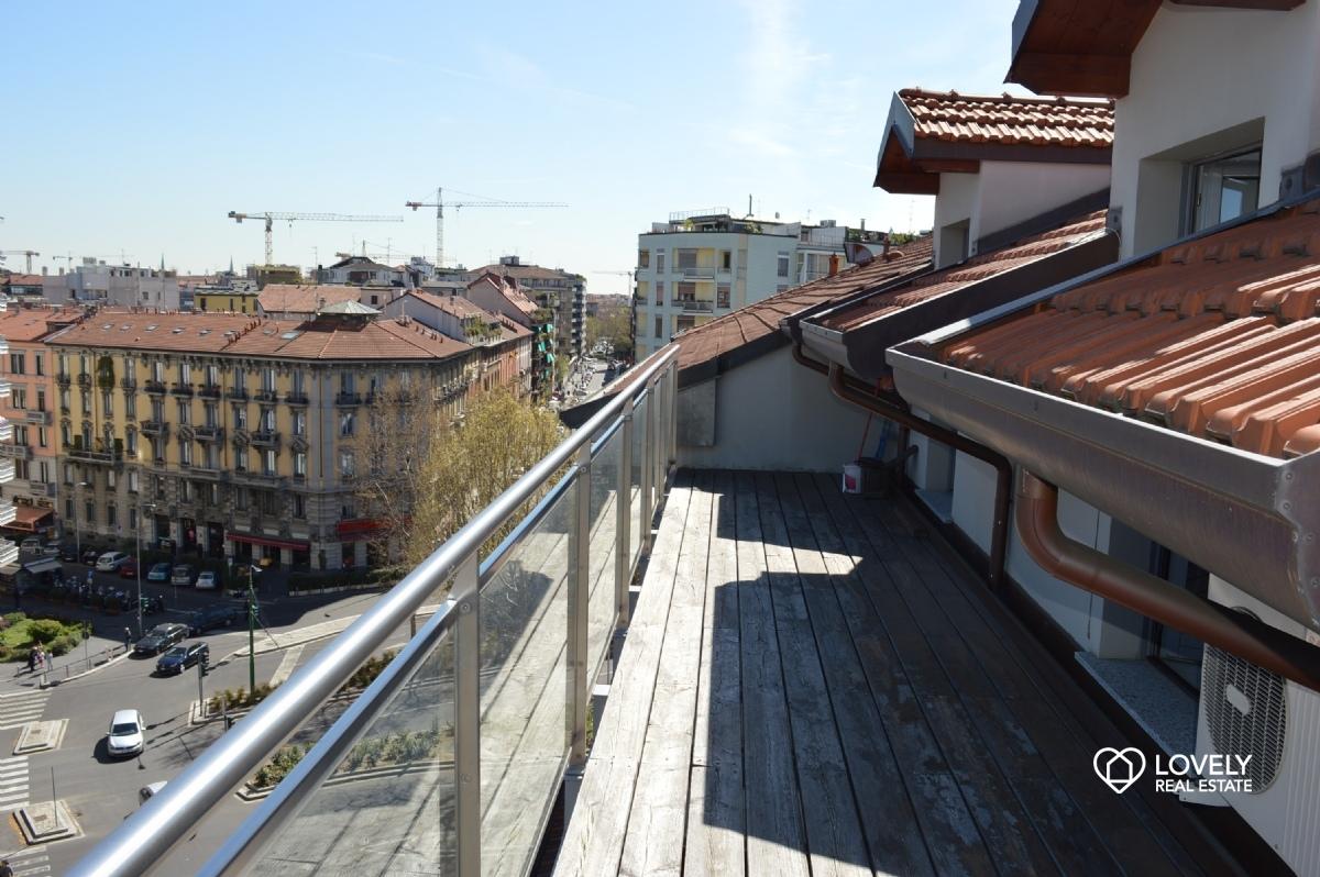 Affitto appartamento milano bellissima mansarda con for Foto di mansarde arredate